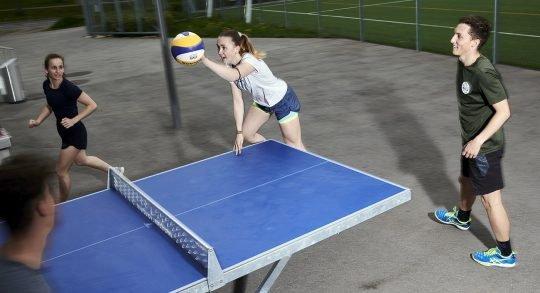 Jugendliche spielen Ball-Pong