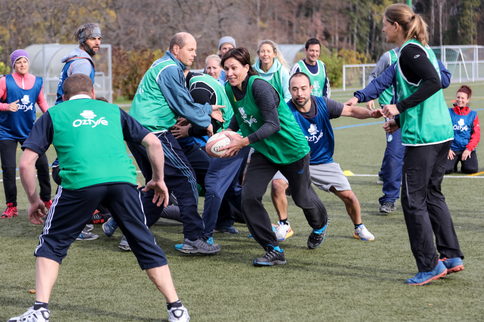 Foto: un gruppo di insegnanti gioca a rugby su un campo di calcio