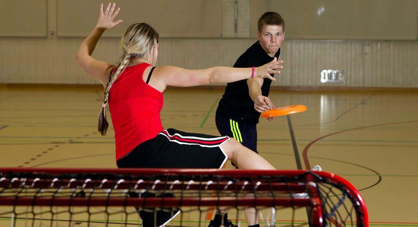 Deux jeunes jouent au frisbee-handball.