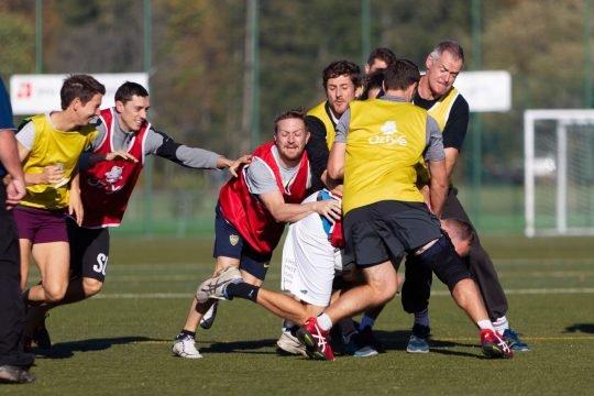 Photo: des enseignants jouent au rugby.
