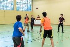 Foto: Schüler wirft Kollegen einen Ball zu.