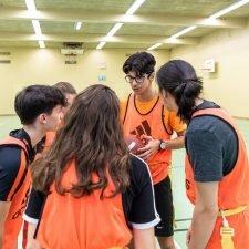 Foto: Schülerinnen und Schüler bei der Team-Besprechung.
