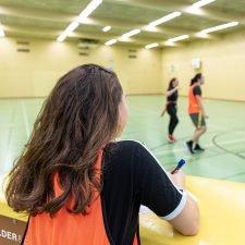 Foto: Schülerin beim Beobachten der Kollegen.