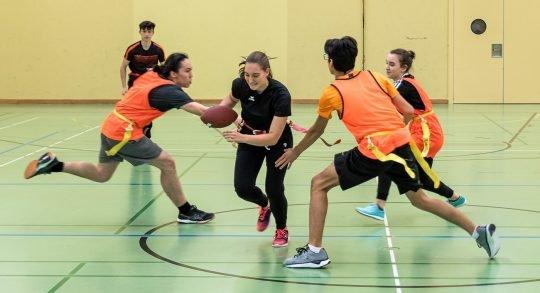 Des jeunes jouent au flag football.