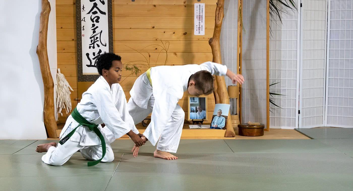 Due bambini durante una presa di aikido