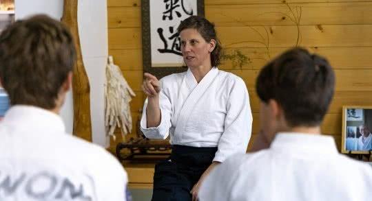 Une enseignante parle à ses élèves.