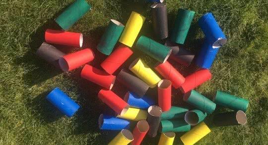 Des rouleaux de papier colorés.