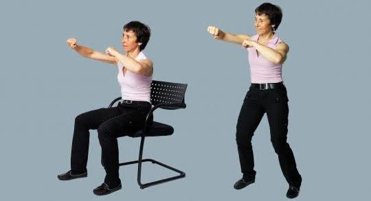 Une femme effectue des exercices à domicile.