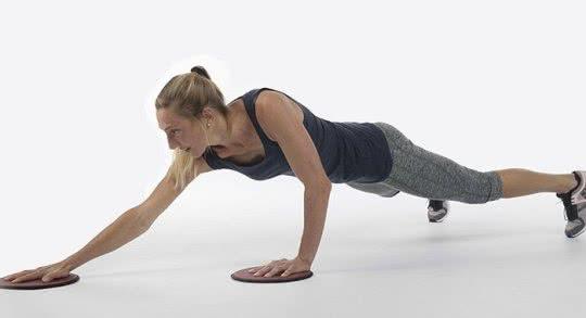 Frau beim Trainieren mit rutschiger Unterlage.