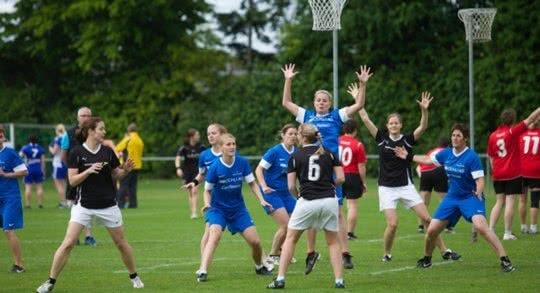Zwei Frauenteams beim Korbball-Match.
