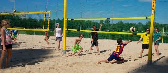 Des jeunes jouent au beach-volley.