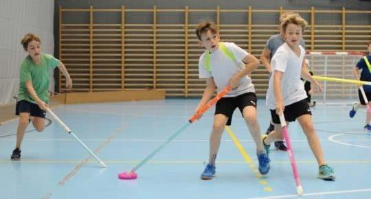 Kinder beim Zweikampf in einem Donut-Hockey-Spiel.