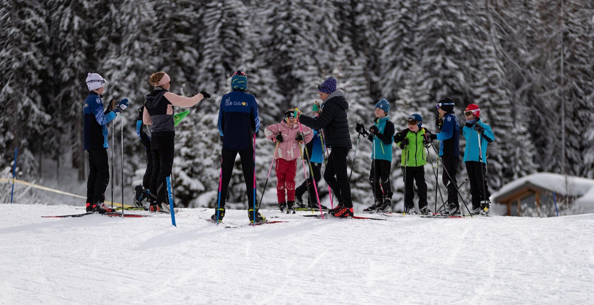 Foto: un gruppo di bambini durante il briefing sulla neve prima dell'allenamento