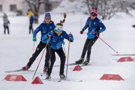 Adolescenti mentre si rincorrono sugli sci nordici nello Skills Park.