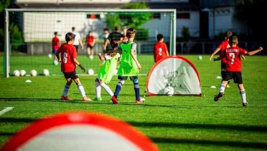 Kinder beim Fussballspiel auf Kleinfeld