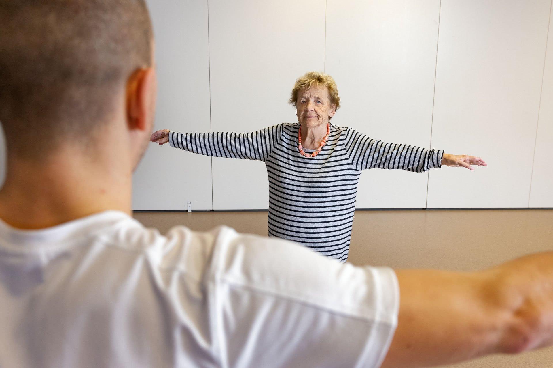 Eine Leiterperson zeigt eine Übung vor.