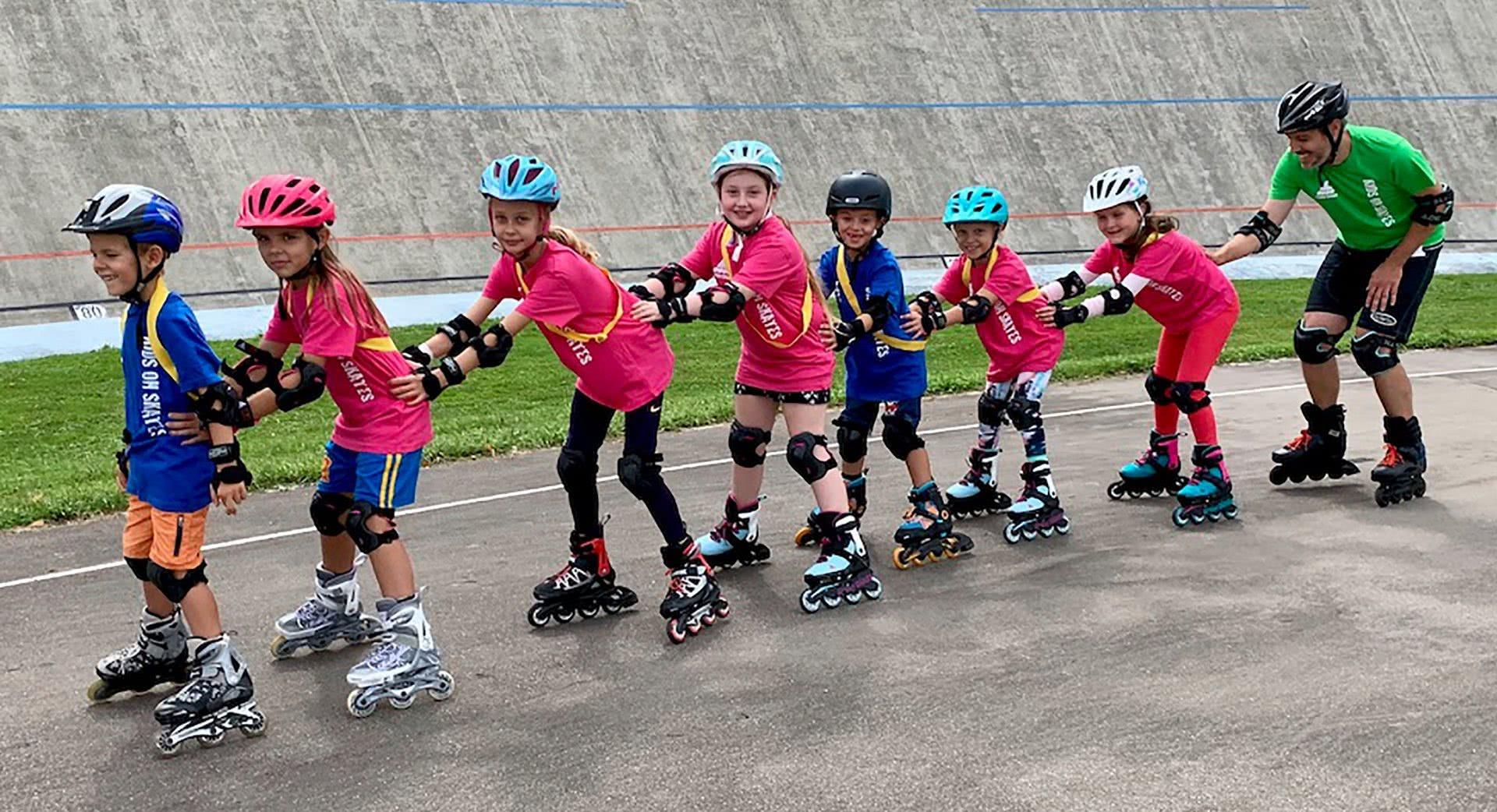Kinder in einer Reihe auf Inline-Skates