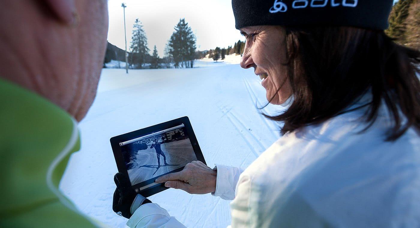 Skilangläufer erkunden die App auf einem Tablet