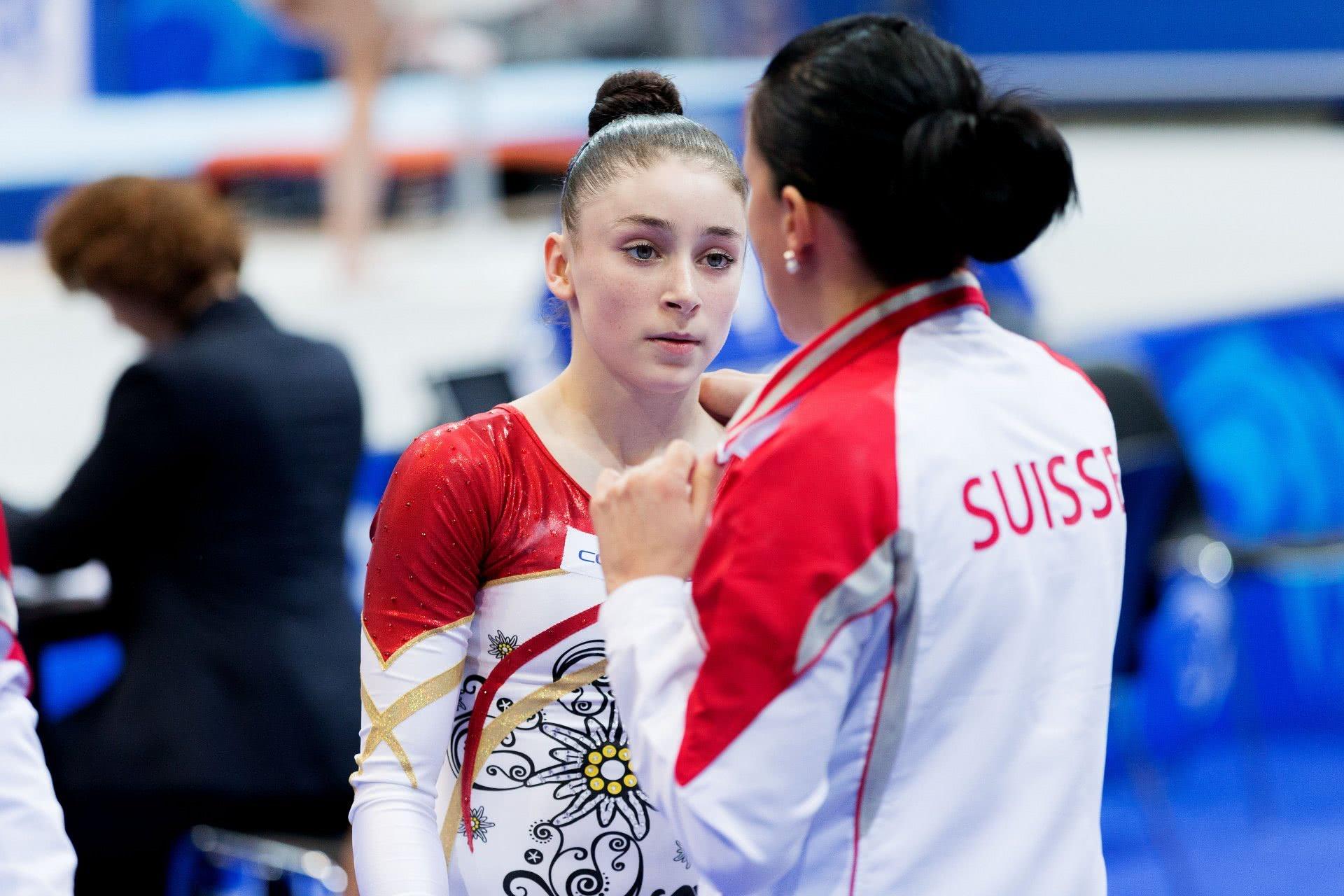 Athletin spricht mit Trainerin.