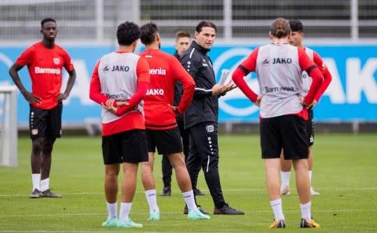 Gerardo Seoane instruiert seine Spieler bei Bayer Leverkusen.