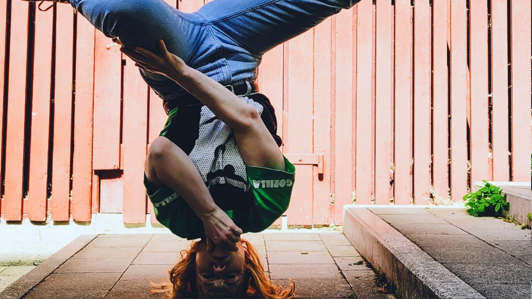 Ausschnitt: Jugendlicher bei einem Breakdance-Move.