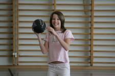 Mädchen mit Ball in der Hand.