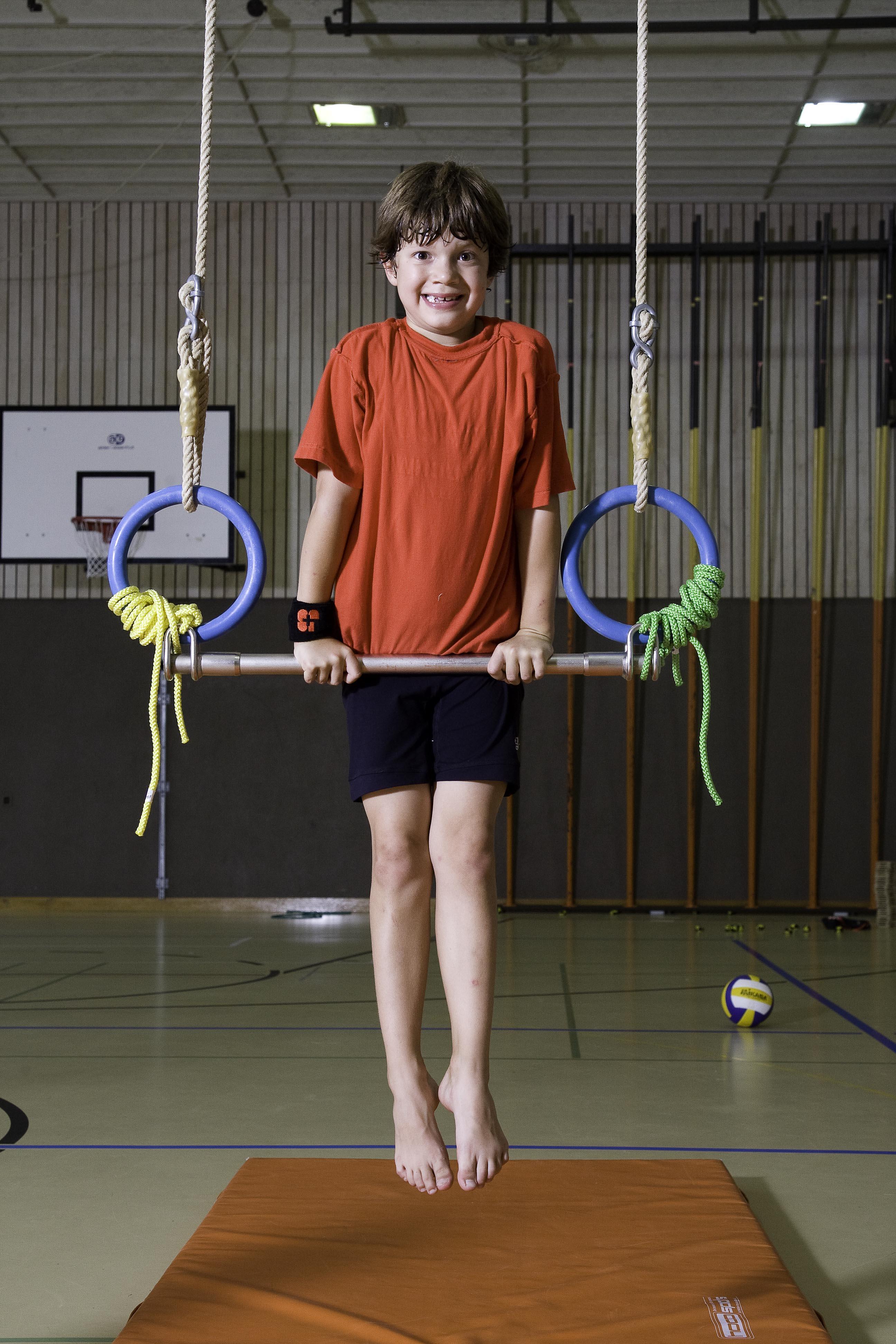 J s kids grimper et prendre appui acrobaties a riennes for Barre fixe enfant
