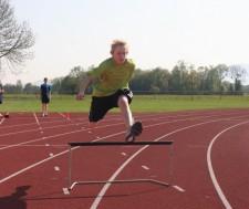 J+S-Kids – Athlétisme: Leçon 16 «De la course par-dessus des obstacles à la course de haies»