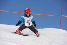 J+S-Kids – Ski: Leçon 3 «Exercices d'adresse sur une pente facile»