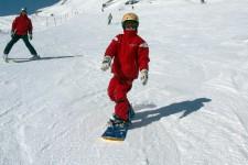 Kids auf Ski und Snowboard: Testgestaltung auf sechs Niveaustufen