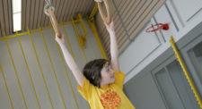 Foto: Mädchen hängt an Schaukelringen