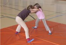 Jeux de lutte: Les enfants aiment se bagarrer