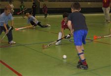 J+S-Kids – Landhockey: Lektion 5 – «Tore erzielen/Umspielen»