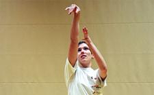 Die richtige Wurftechnik im Basketball wird von einem Jugendlichen gezeigt.