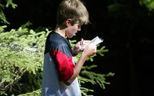 Ein Kind studiert eine OL-Karte.
