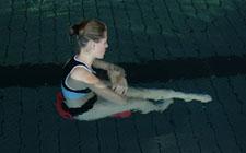 Una partecipante è seduta su una tavoletta senza bloccarla con i polpacci.