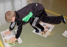 Alltagsgegenstände – Zeitung: Kleine Raupe