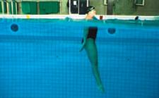 Una nuotatrice in posizione verticale nell'acqua
