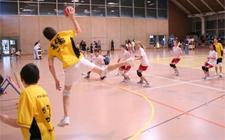 Tchoukballmatch: ein Spieler hebt ab zum Abwurf.