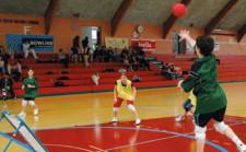 ein Kind spielt einem anderen den Ball während eines Matches zu.