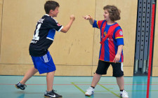 Zwei Jugendliche spielen das bekannte Spiel in der Turnhalle.