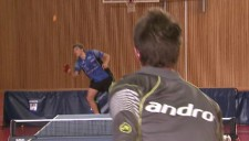 Un joueur renvoie une balle en situation de défense.