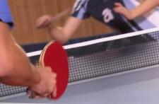 Gros plan sur une raquette de tennis de table.