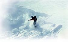 Un snowboarder déclenche une avalanche à son passage.