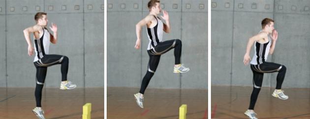 Mann sprint über Hindernisse hoch auf einer Mattenbahn.