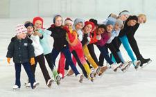 Diversi bambini disposti in fila uno dietro l'altro in posa sul ghiaccio.
