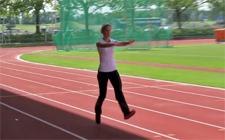 Frau mit erhobenen Armen und gestreckten Beinen beim Lauftraining.