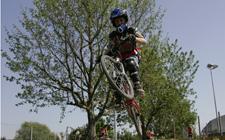 Un atleta in sella alla sua mountainbike esegue un salto.