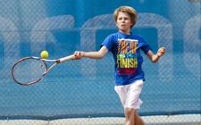 Ein Jugendlicher schlägt den Ball Volley.