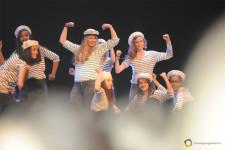 Delle ragazze vestite da marinai ballano su un palcoscenico